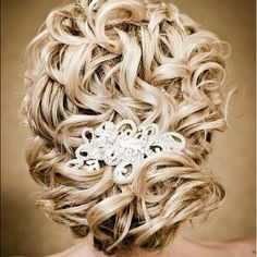 Beautiful wedding hair. Thought we all know that NO ONE could ever pull it off. Its perfect.