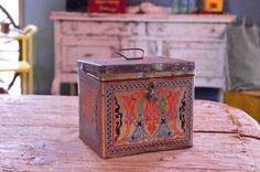 VINTAGE UNEEDA BISCUIT TIN, SMALL DECORATIVE STORAGE, TIN RECIPE BOX Beautiful and useful, displays great! Decorative on all sides, except