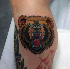 Traditional Bear Tattoo Designs For Men Old School Ideas - Traditional Bear Tattoo Designs For Men Old School Ideas The Resurgence Of Interest In Traditional Style Tattoos Has Started To Focus On Depictions Of Wild Animals Bears Are A Particularly Commo Traditional Tattoo Knee, Traditional Tattoo Animals, Traditional Tattoo Design, Tattoos Arm Mann, Head Tattoos, Arm Tattoos For Guys, Trendy Tattoos, Tatoos, Old School Tattoo Designs