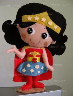 Boneca Mulher-maravilha em feltro