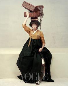 오곡백과를 얹은 들판의 여인(HARVEST FEAST) /  2010년 10월호 / 포토그래퍼 오상선 /  스탭 스타일리스트 : 서영희, 헤어 : 김정한, 메이크업 :  박혜령, 플라워 데커레이션 : 박유천 / 모델 최아라, 최아라 / 출처 Vogue website