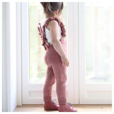 Paelas Jumpsuit pattern by Paelas Paelas Stricken , Toddler Jumpsuit, Baby Jumpsuit, Knitting Baby Girl, Baby Knitting Patterns, Knitting Ideas, Loom Knitting, Baby Overalls, Baby Pants, Little Girl Fashion