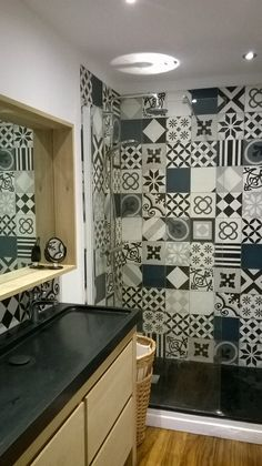 Réalisation d'un patchwork d'un de nos clients. Carreaux de ciment noir et blanc #Carreauxcimentnoiretblanc #Black #white #cement #tiles #cementtilesblackwhite #shower #bathroom #wall