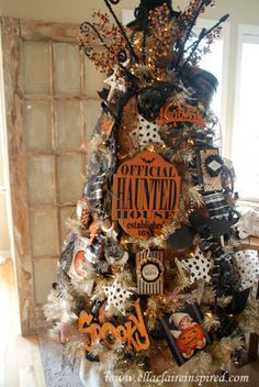 """{Ella Claire}: My Halloween Tree - I'm so envious - GORGEOUS - obviously not a home """"owned by a cat"""" Halloween Christmas Tree, Fröhliches Halloween, Adornos Halloween, Holiday Tree, Halloween Party Decor, Holidays Halloween, Holiday Fun, Christmas Trees, Halloween Tree Decorations"""