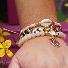 Armband met cowrie schelp en kralenbandje Bracelet with cowrieshells