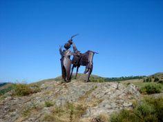 """Sculpture de Pierre-Louis Chipon """"l'enfant et la chèvre"""" au Col de l'Escrinet - Ardèche - Rhône Alpes"""