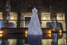 Vestido de papel, 3.700 flores.