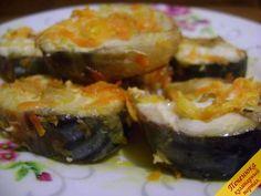 """Скумбрия в мультиварке (пошаговый рецепт с фото) Ингредиенты для рецепта """"скумбрия в мультиварке"""": Скумбрия 1 шт., лук репчатый (небольшого размера) 2 шт., морковь (среднего размера) 1 шт., сметана (постный майонез) - 2-3 ст. ложки, лимон 1/4 шт., соль по вкусу, перец черный молотый по вкусу, масло подсолнечное для жарки."""