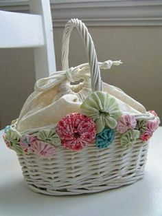 Tea Rose Home: Basket Makeover with Yo-Yos--maybe needs more laying of the yoyos Sewing Crafts, Sewing Projects, Craft Projects, Crafts To Make, Arts And Crafts, Paper Crafts, Yo Yo Quilt, Sewing Baskets, Fabric Jewelry