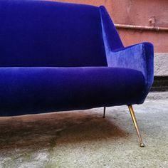 Italian Electric Blue Velvet and Brass Sofa, for sale at Pamono Velvet Color, Blue Velvet, Italian Sofa, Blue Couches, Sofa Sale, Electric Blue, Vintage Designs, 1950s, Upholstery