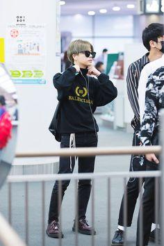 "OH! BOY 오보이 on Twitter: ""180906 지난 오늘 밤 편히 잠들었으면.. 하루종일 고생 많았어  #진환 #JINHWAN #ジナン #iKON  @iKON_gnani_____… "" Ikon Debut, Jay Song, Kim Hanbin, Kpop Fashion, Airport Fashion, K Idol, Airport Style, Yg Entertainment, Korean Boy Bands"