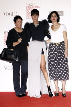 el photocall de Vogue Fashions Night Out: Kina Fernández y María Álvarez Fernández, con Cristina Warner Vogue Fashion Night, Spanish Style, Night Out, Sequin Skirt, Sequins, Skirts, Templates, Red, Skirt