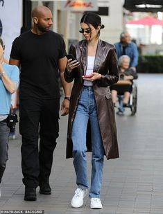 Kendall Jenner cuts casual chic figure in jeans and long leather coat - Kendall Jenner cuts a casual chic figure in jeans and long leather coat as she shops in LA Kendall Jenner Jeans, Kylie Jenner Outfits, Kendall Jenner Outfits, Kendalll Jenner, Long Leather Coat, Jeans Boyfriend, Leather Jacket Outfits, Mode Vintage, Celebrity Outfits