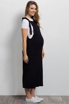 Who doesn't love these adorable maternity midi overalls? Trendy and easy to pair with anything, this piece is unique and an absolute essential in your wardrobe. Effortlessly style with a cute top and sneakers for a casual look. Cute Maternity Outfits, Stylish Maternity, Pregnancy Outfits, Maternity Wear, Maternity Fashion, Maternity Style, Pregnancy Videos, Maternity Dresses Summer, Pregnancy Pictures