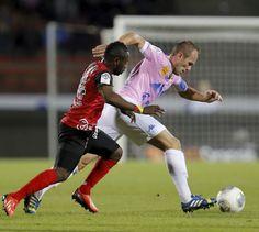 Le capitaine Olivier Sorlin, ici aux prises avec Ladislas Douniama, affirme qu'un changement d'entraîneur  ne serait pas une solution.