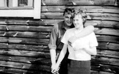 Nils Gustafsson et Birgit Birgit  en face de leur maison en 1961