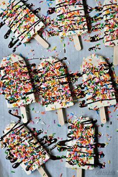 Funfetti Yogurt Pops! Creamy cake-flavored pops made with vanilla Greek yogurt and drizzled with dark chocolate. bethcakes.com
