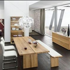 Mesa de madera clásica y a la vez moderna.