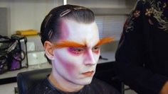 Johnny Depp getting into hair & makeup for Alice in Wonderland! Recreate his eccentric look with this Alice in Wonderland Mad Hatter Makeup Tutorial Mad Hatter Makeup, Mad Hatter Cosplay, Mad Hatter Costumes, Costumes Kids, Halloween Costumes, Tinta Facial, Johnny Depp Mad Hatter, Halloween Make Up, Halloween Face Makeup