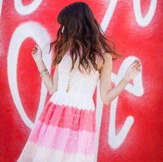 Pin for Later: DAS sind die besten Outfits für eure Instagram Bilder – wissenschaftlich bewiesen!  Unterschätzt nie die Wirkung eines Colorblock-Kleides. Mara Ferreira vom Blog M Loves M wählte den passenden Hintergrund dazu.