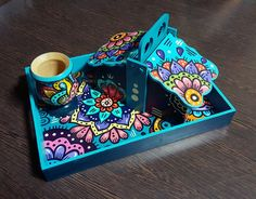 Resultado de imagen para yerbera azucarera y mates pintados a mano Painted Wooden Boxes, Hand Painted, Fun Crafts, Diy And Crafts, Pots, Decoupage Art, Bottles And Jars, Mixed Media Canvas, Painting On Wood