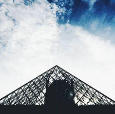 """74 mentions J'aime, 3 commentaires - Rúben Neto (@rubenfmartins) sur Instagram: """"🖼 #louvre #paris #sky #perspective #vscocam #colour #contrast"""""""