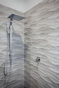 diffenziare la zona doccia con il resto della stanza da bagno: ecco un buon modo per utilizzare questo trend.