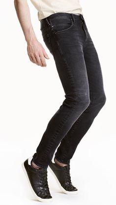Diese schwarze Jeans im Used Look ist von der Bequemlichkeit und dem Aussehen einer der besten die ich habe.Ein Must Have für alle Männer.Sie passt super zu Lederjacken, weißen wie schwarzen Sneakern oder aber auch schwarzen Boots wie Dr.Martens.