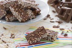 Le barrette di riso soffiato e cioccolato sono un dessert gustoso, una merenda golosa o uno sfizio croccante per un break dolce durante la giornata