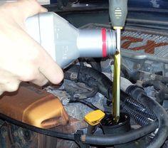 Du willst am Auto Öl nachfüllen, hast aber keinen Trichter zur Hand? Ein Schraubendreher tut es auch.
