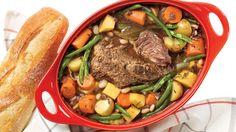 Badigeonner le rôti de palette de moutarde des deux côtés. Dans une cocotte à fond épais, faire revenir le bacon à feu moyen-vif pendant 1 minute puis ajouter le rôti et cuire pendant 2 minutes par côté. Ajouter le vin, le consommé, le romarin et les feuilles de laurier. Porter à ébullition. Baisser le feu à doux, couvrir et laisser mijoter pendant 2 heures. Ajouter les légumes et les haricots, puis poursuivre la cuisson pendant 45 minutes ou jusqu'à ce que les légumes soient tendres et ...