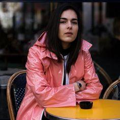 Raincoats For Women Trench #RaincoatsForWomenFit #RaincoatClear Black Rain Jacket, Rain Jacket Women, Plastic Raincoat, Yellow Raincoat, Raincoats For Women, Jackets For Women, Imper Pvc, Rainy Day Fashion, Rubber Raincoats