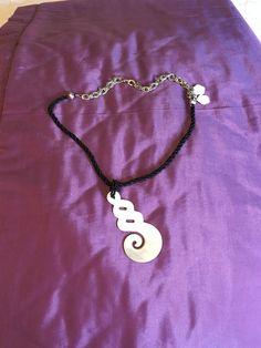 Collar de perlas negras y colgante de madreperla 45€