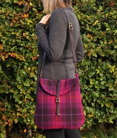 harris tweed messenger bag I ♥️ tweed Harris Tweed, Purse Patterns, Fabric Bags, Warm Outfits, Cute Bags, Tweed Jacket, Tartan Plaid, Handmade Bags, Beautiful Bags
