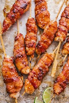 Honey Garlic Bacon Wrapped Chicken Kabobs Honey Lime Bacon Wrapped Chicken Kabobs are going to tantalize your tastebuds. Chicken tenders wrapped in bacon and covered in a honey lime sauce, perfect for dinner any night of the week. Clean Eating Snacks, Healthy Eating, Appetizer Recipes, Dinner Recipes, Bbq Recipes Kabobs, Meat Appetizers, Chicken Wraps, Chicken On A Stick, Bbq Chicken