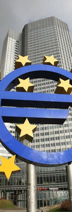"""L'euro dificulta la unió econòmica i les reformes - L'Econòmic, ANTONI SOY, 15/02/14. """"Què ha passat als països perifèrics de la UE? Doncs que s'anaven endeutant i com que hi havia tipus de canvi fix (l'euro) no hi havia depreciació de la moneda que pogués avisar que alguna cosa no s'estava fent bé. Al mateix temps, la integració monetària europea va facilitar la possibilitat d'accedir a crèdits a bon preu i no va fer necessari (va evitar) que aquests països fessin les reformes que calien."""""""