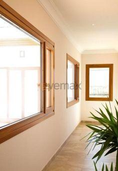 Hoja Recta Las Puertas y Ventanas en Madera y Aluminio con Hoja Recta ofrecen una uniformidad visual y una estética lineal y contemporánea. La madera combinada con aluminio permite una gran versatilidad en acabados.  Según el tipo de proyecto y necesidades, el tipo de madera seleccionada, Cedro, Iroko o Pino, aportará una estética y sensación única de calidez, además de aportar valores de aislamiento térmicoañadidos de marco hasta 1,34 W/m2