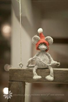 Needle Felted Mouse - Christmas Felt Mouse With A Red Hat - Santa Elf - Mouse Elf - Christmas Elf - Art Doll - Christmas Home Decor - Her Crochet Felt Christmas, Christmas Time, Christmas Crafts, Felt Crafts, Diy And Crafts, Arts And Crafts, Needle Felted Animals, Felt Animals, Wet Felting