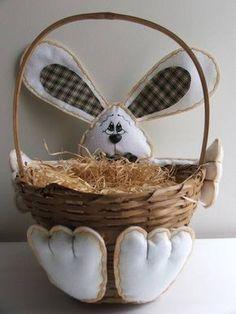 """Linda cesta de bambu com um coelho de feltro """"segurando"""" a cesta. Você pode escolher as cores dos detalhes do coelho que podem ser para meninos (como o da foto com gravata) ou para meninas (com um lacinho na cabeça). Você vai agradar muito enchendo a cesta de ovinhos, bombons ou até mesmo ovos de páscoa grandes. O formato da cesta pode variar um pouco, podendo ser redonda ou oval, porém todas compatíveis com o tamanho. A palha não acompanha a cesta. R$ 33,00"""