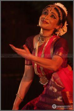 Bharatanatyam performance by Alarmel Valli duringNishagandhi Festival 2010 in Kanakakkunnu, Thiruvananthapuram. Indian Classical Dance, Tribal Dance, Indian Music, Dance Poses, Modern Dance, Human Emotions, Dance Pictures, Dance Art, Dance Photography