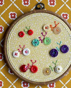 New Ideas Embroidery Hoop Crafts Buttons Diy Embroidery Hoop Crafts, Hand Embroidery Designs, Cross Stitch Embroidery, Embroidery Patterns, Embroidery Tattoo, Embroidery Thread, Button Art, Button Crafts, Sewing Crafts