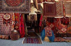 """Türk halısı, Türkler'in dünya kültürüne kazandırdığı sanat eseri bir üründür. Türk halıcılığının belgelenebilir tarihi Pazırık halısından günümüze 2500 yıl devam etmiş ve en nadir örneklerini 13. ve 14. yüzyıllarda vermiştir. Bugün dünyanın çeşitli müzelerinin baş köşesini süsleyen bu renkli kültür ve sanat hazinemiz Anadolu Selçuklular'ı döneminde zirveye ulaşarak """"Türk İlmiği"""" ismi ile yeni bir ün kazanmıştır."""