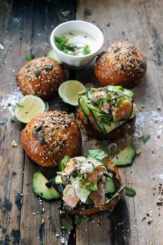 mini salmon burgers with mint yogurt sauce