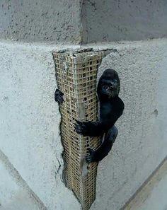 Pauvre King Kong, l'urbanisation avale chaque jour un peu plus ton territoire ! / Street art. / Zakamsk. / Russie. / Russia.