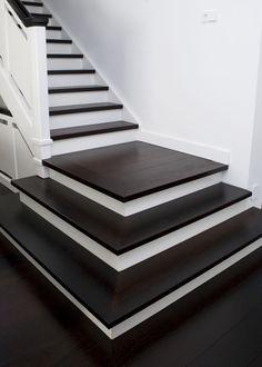 Wengé - Dit is pas contrast! Wengé, met deze harde houtsoort zijn de treden van een bestaande vaste trap bekleed. Het kader om het plateau en de onderste treden zijn in verstek gezaagd. De trap is af!