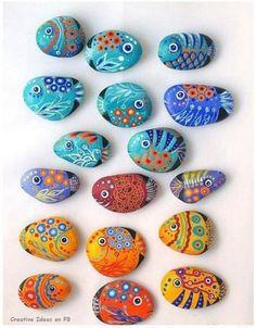 Taşlar üzerine deniz canlıları resmedilmiş.