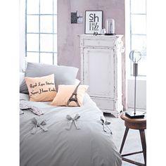 Die Schleifen sorgen für den verspielten Touch bei dieser dezenten Bettwäsche.  #living #impressionen