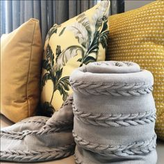 VERSATILIDADE COM UMA SÓ COR | Olha como essa composição com o amarelo é versátil. As almofadas Spengler Decor tem sempre muitas variáveis! #almofadas #decoracao #SpenglerDecor