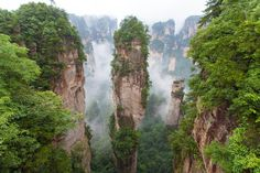 Wereldplek Zhangjiajie National Forest Park, China  Het Zhangjiajie National Forest Park is een uniek nationaal park in Zhangjiajie in Noord-Hunan in China. Het is een van de vele nationale parken in Wulingyuan. De filmmakers van Avatar raakte geïnspireerd door deze natuurwonderen en sindsdien kunnen toeristen nu ook een zogenaamde 'Avatarroute' volgen.