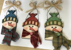 Good Photographs Wooden snowmen ornaments Ideas The winter season brings with youngsters playhouse times that might be hallmarked simply by many win Handmade Christmas Decorations, Diy Christmas Ornaments, Christmas Snowman, Christmas Projects, Christmas Wreaths, Father Christmas, Xmas, Ornaments Design, Wood Ornaments